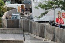Erfolgreicher Mauerbau zur Abwehr der Bürger am Rathausplatz, aufgebaut anlässlich des Wahlkampfbesuches von Angela Merkel am 20.8.2013