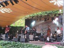Die Band Calexico im Serenadenhof in Nürnberg