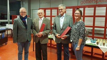 Das Foto zeigt von links Roland Hornauer, Franz Feder und Wolfgang Schneider, seit 60 Jahren in der Gewerkschaft und Verena Hofbauer