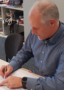 Christian Kleefeld unterschreibt